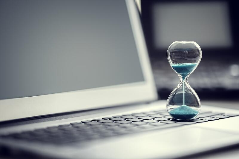 hourglass-on-laptop-computer-concept-for-time-SLUHZV7 (2)-min